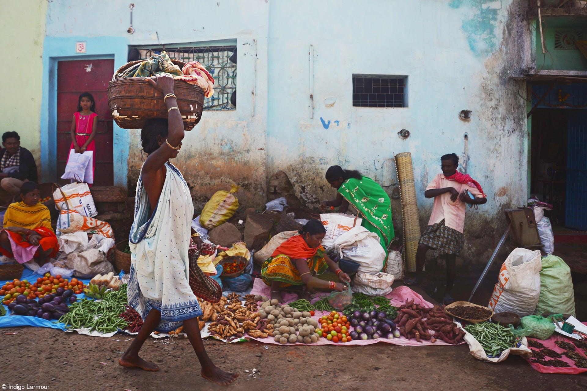 Νέος (11-14 ετών): «Φυλετικές Αγορές Οντίσα», της Ιντιγκο Λαρμούρ, Ινδία. Οι φυλετικές αγορές στην Οντέσα είναι μερικές από τις πιο πολύχρωμες σε όλη την Ινδία. Οι αγρότισσες κάθονται συνήθως στο έδαφος και απλώνουν μπροστά τους τα λαχανικά που πωλούν