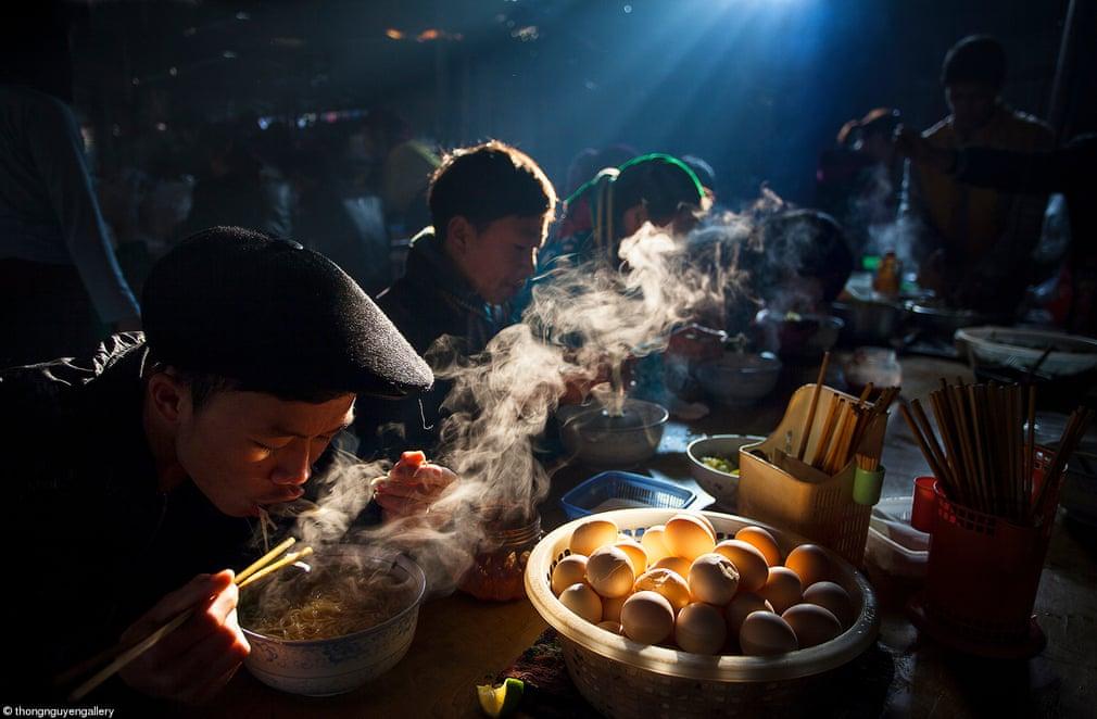 Φαγητό στο τραπέζι: «Πρωινό στην εβδομαδιαία αγορά» του Θονγκ Νγκουγιέν, Βιετνάμ  Οι άνθρωποι απολαμβάνουν το πρωινό τους με σούπα φο σε μια τοπική εβδομαδιαία αγορά