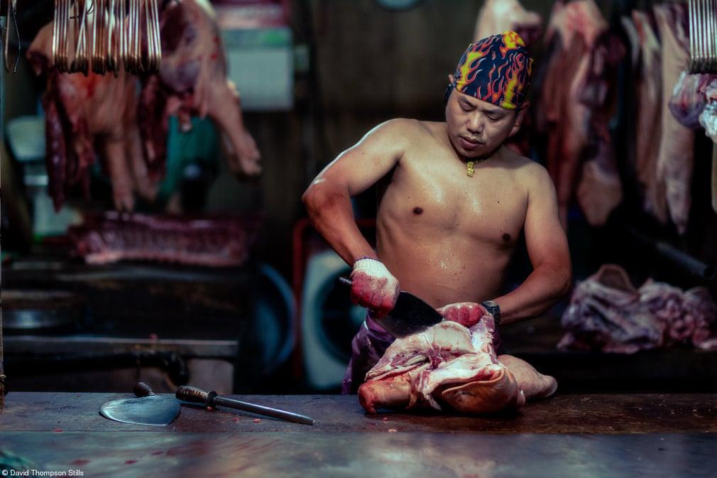 Βραβείο Φίλιπ Χάρμπεν για Τρόφιμα εν δράσει: «Κεφάλι με Κεφάλι», του Ντέιβιντ Τόμπσον, Ταϊβάν. Τραβηγμένη στη νυχτερινή αγορά της Βανχούα, η φωτογραφία απεικονίζει έναν κρεοπώλη ενώ κόβει κρέας