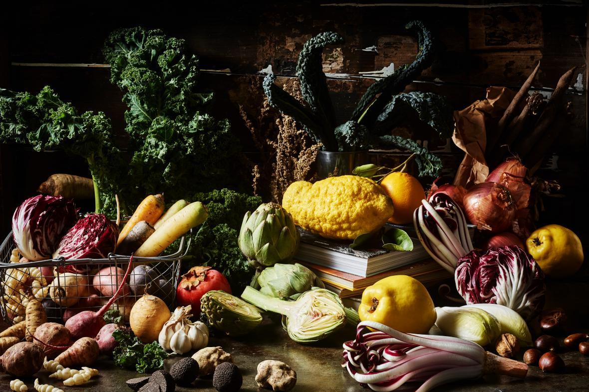 «Βραβείο στιλίστα τροφίμων: Χειμερινή χλιδή» στον Μάρτιν Γκρύνεβαλντ, Γερμανία.  Μια πλούσια νεκρή φύση με χειμερινά λαχανικά και βιβλία στη φωτογραφία του Φρανκ Βάινερτ,
