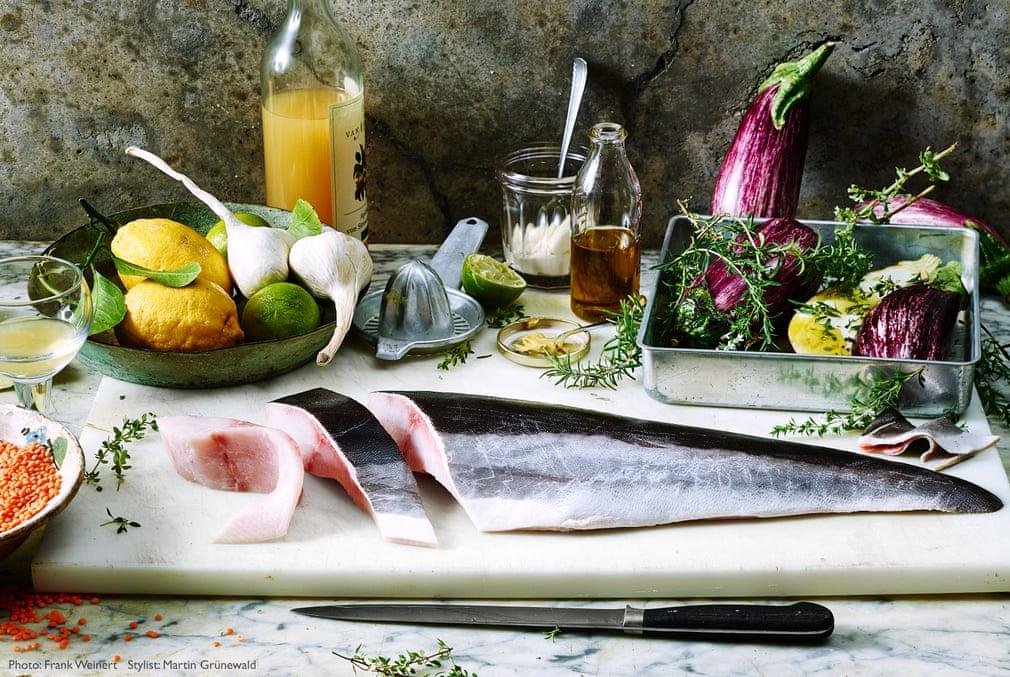 Βραβείο Στιλίστα Φαγητού: «Φιλετάρισμα Ψαριού Κόμπια», του Μάρτιν Γκρύνεβαλντ. Νεκρή φύση με ψάρι κόμπια και τα υλικά της συνταγής