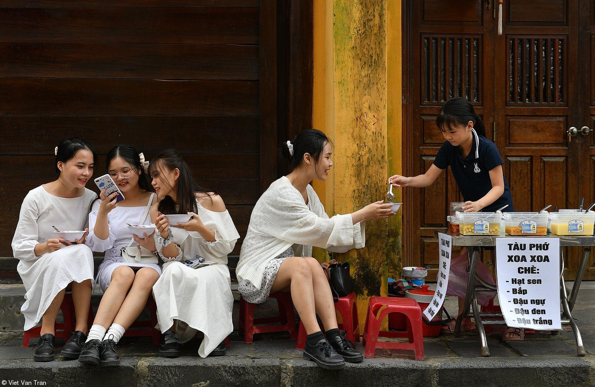 Το βραβείο Street Food πήγε στη φωτογραφία «Απολαμβάνοντας» του Βιετ Βαν Τραν, Βιετνάμ. Σε μια παλιά πόλη και τουριστικό προορισμό στο κεντρικό Βιετνάμ, με πολλούς πωλητές σούπας στον δρόμο τέσσερα κορίτσια τρώνε τη σούπα τους και σε κάνουν να σκέφτεσαι ότι η ζωή είναι ωραία ακόμη και στην πανδημία