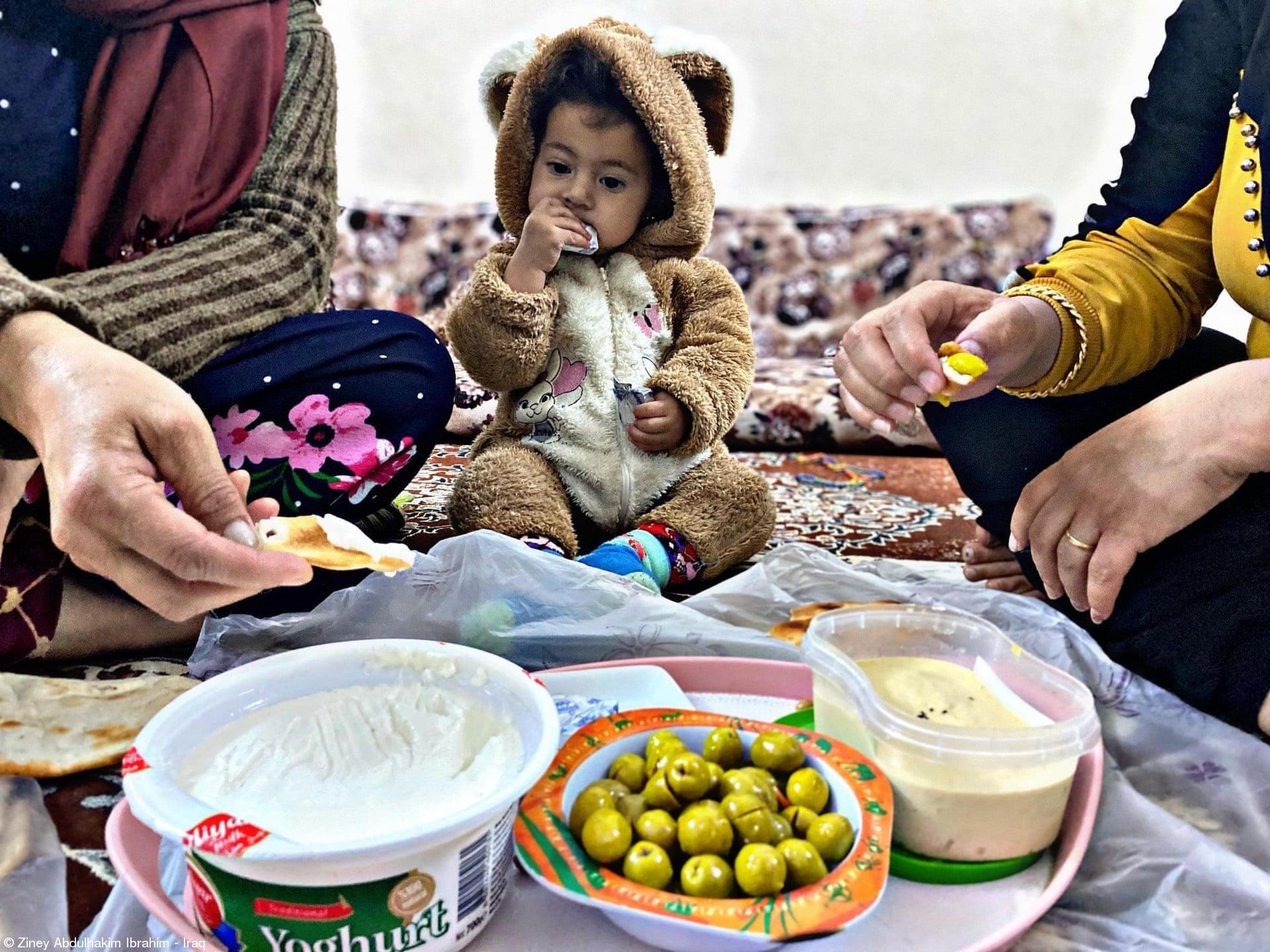 Βραβείο καινοτομίας για τους αφηγητές του WFP (Παγκόσμιο Πρόγραμμα Τροφίμων): «Οικογένεια» του Ζίνεϊ Αμπντουλχακίμ Ιμπραΐμ, Ιράκ. Δείχνει τη σημασία της συνάντησης των μελών της οικογένειας γύρω από το τραπέζι τουλάχιστον μία φορά την ημέρα, καθώς αυτή η συνήθεια ενισχύει τους οικογενειακούς δεσμούς, δίνει μια αίσθηση συναισθηματικής ζεστασιάς και παρέχει μια ευκαιρία για διάλογο, ανταλλαγή ιδεών και επίλυση προβλημάτων