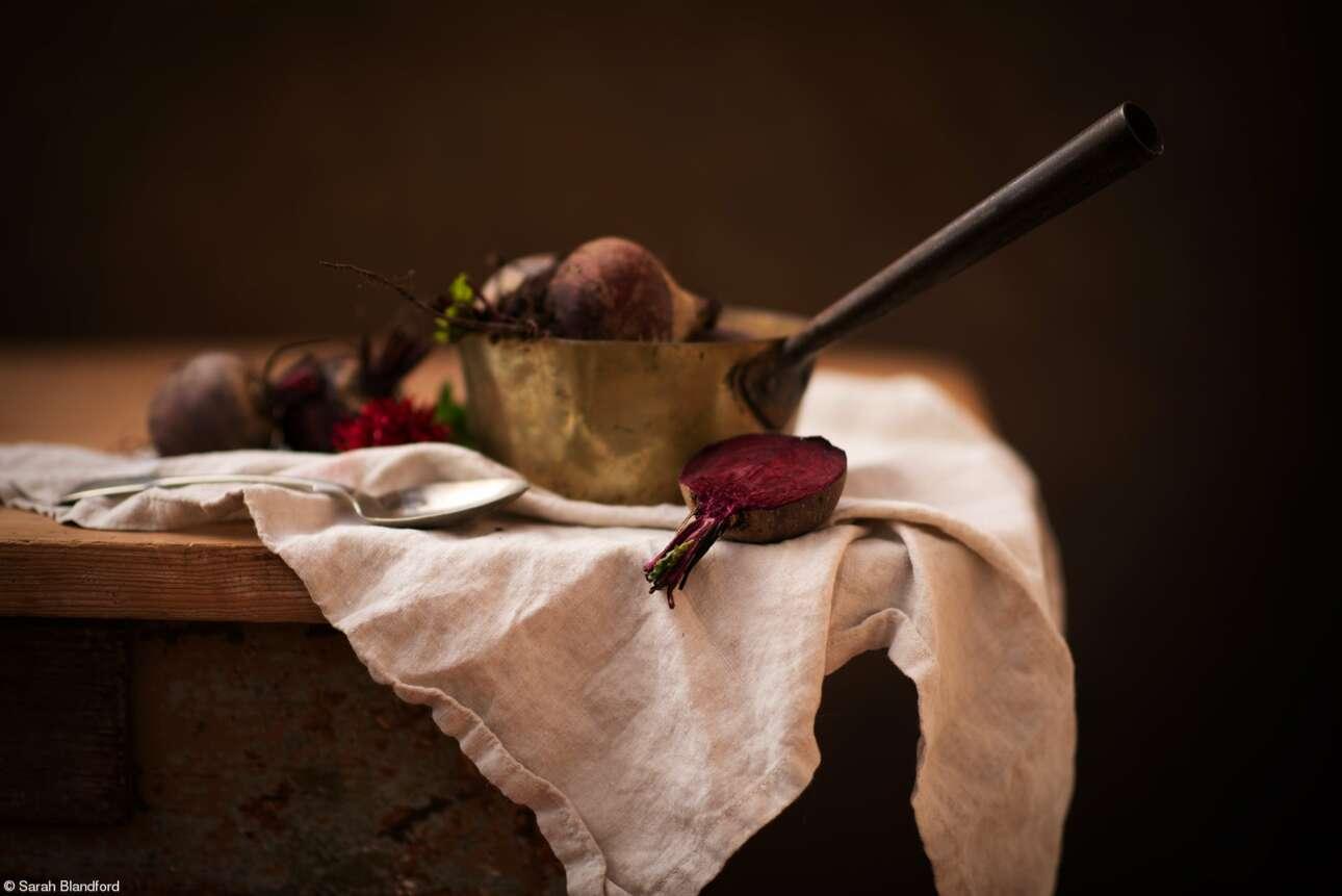 Βραβείο σε Φοιτητή Φωτογράφο Τροφίμων με τη χορηγία της Royal Photographic Society: «Νεκρή Φύση με Παντζάρια», της Σάρα Μπλάντφορντ, Ηνωμένο Βασίλειο. Παντζάρια καλλιεργημένα στον κήπο του σπιτιού σε χάλκινο κατσαρόλι έτοιμα για μαγείρεμα