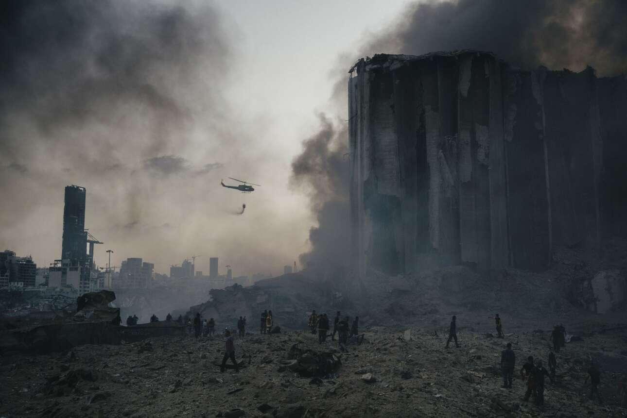 Λίβανος. Ολος ο κόσμος θυμάται την περίεργη έκρηξη που ισοπέδωσε το λιμάνι της Βηρυτού το περασμένο καλοκαίρι. Αυτό το καρέ δείχνει τις προσπάθειες των πυροσβεστικών και διασωστικών συνεργείων μέσα στο εφιαλτικό σκηνικό που δημιουργήθηκε («Ειδήσεις», πρώτο βραβείο)