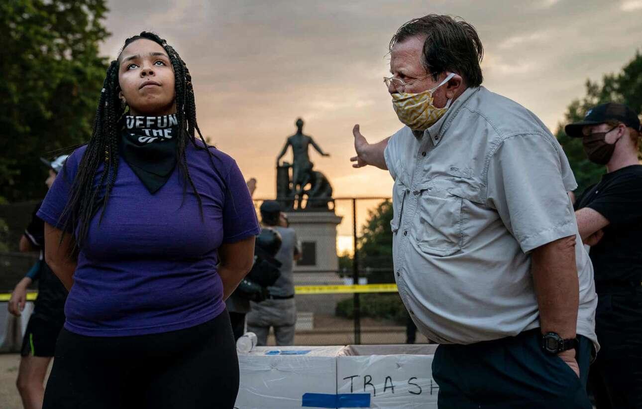 ΗΠΑ. Ζωηρή συζήτηση μεταξύ «κωφών»: η μαύρη κυρία θέλει να αφαιρεθεί το άγαλμα του Λίνκολν από το πάρκο της Ουάσινγκτον, επειδή στα πόδια του προέδρου υπάρχει φιγούρα Αφροαμερικανού (και υποτίθεται ότι έτσι ταπεινώνεται). Ο λευκός κύριος επιχειρηματολογεί υπέρ του αντιθέτου, αλλά… Black Lives Matter («Ειδήσεις», πρώτο βραβείο)