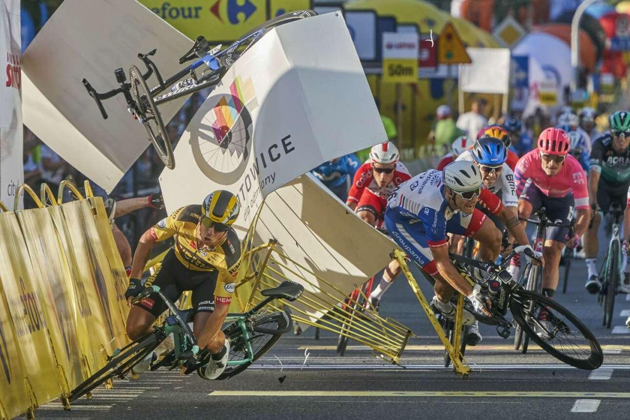 Πολωνία. Αυτό πρέπει να πόνεσε... Καρέ από σύγκρουση ποδηλατών σε αγώνα στο Κατοβίτσε, η οποία επιβεβαίωσε τη θεωρία του ντόμινο με θεαματικό τρόπο («Σπορ», τρίτο βραβείο)