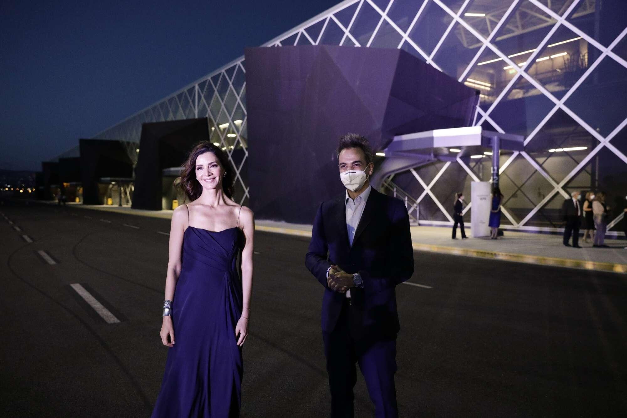 Κατερίνα Λέχου και Κυριάκος Μητσοτάκης με φόντο το ακόμη πιο εντυπωσιακό, μόλις πέσει το δειλινό, αεροδρόμιο...