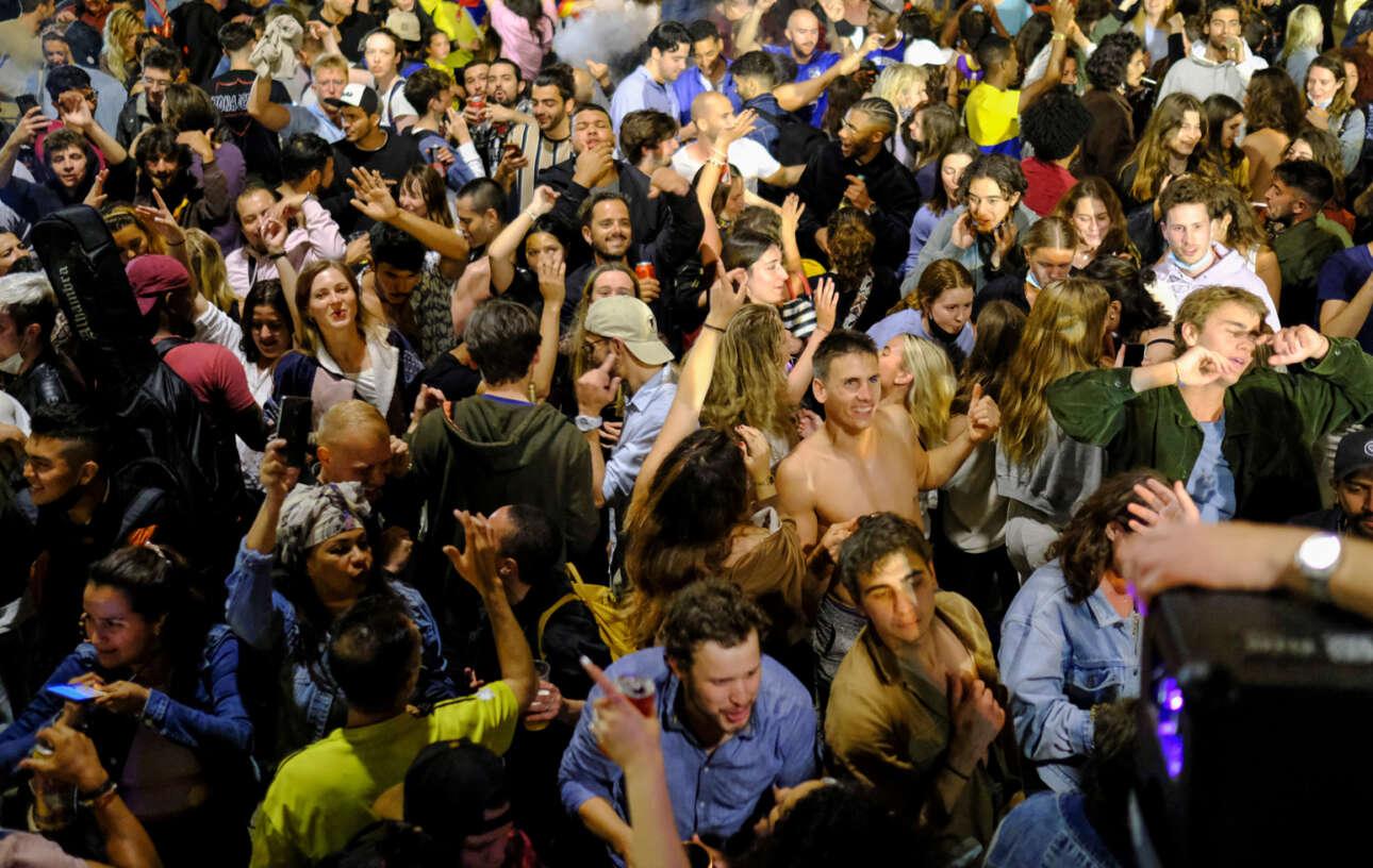 Δημόσιες συναθροίσεις χαροκόπων νεολαίων συνόδευσαν την άρση των κορονοϊκών περιορισμών στη Βαρκελώνη – «ποτό και χορός» βέβαια