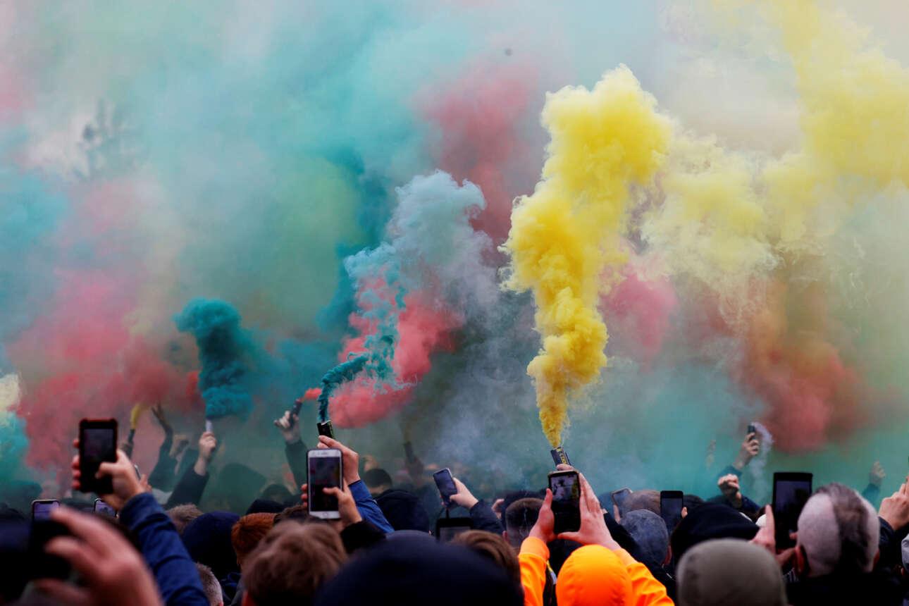 Οπαδοί της Μάντσεστερ Γιουνάιτεντ άναψαν καπνογόνα διαδηλώνοντας κατά της ιδιοκτησίας της ομάδας πριν από το ματς με τη Λίβερπουλ