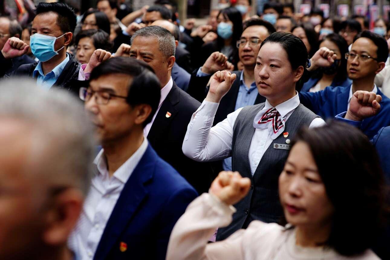Κομματικά στελέχη της Σαγκάης απαγγέλλουν τον όρκο του κόμματος στη σχετική με την επέτειο των 100 χρόνων του εκδήλωση που έγινε στις 21 Μαΐου