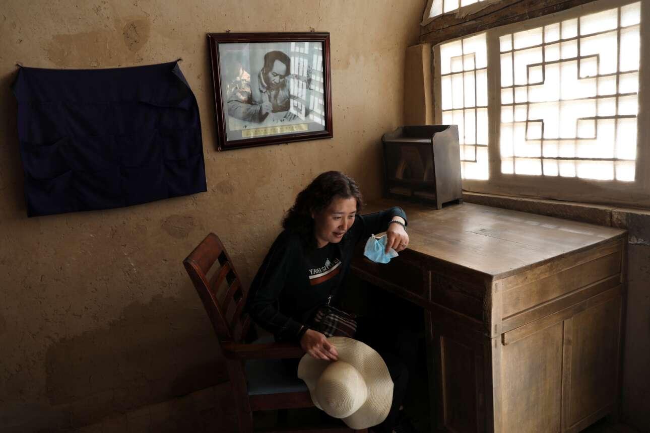 Επίσκεψη σε ένα από τα σπίτια του Μάο της επαναστατικής περιόδου, στην περιοχή Γιανγκτζαλίνγκ. Στον τοίχο κρέμεται φωτογραφία του «Μεγάλου Τιμονιέρη» από τα χρόνια της νιότης του
