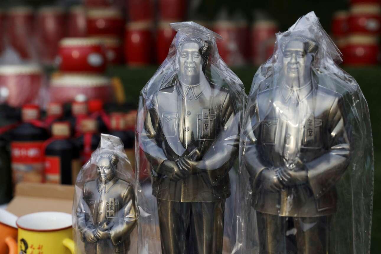 Αγαλματίδια του Μάο, σε όλα τα μεγέθη και για όλα τα βαλάντια, σαβανωμένα με πλαστικό, προσφέρονται προς πώληση σε περίπτερο σουβενίρ στη Νανιουάν