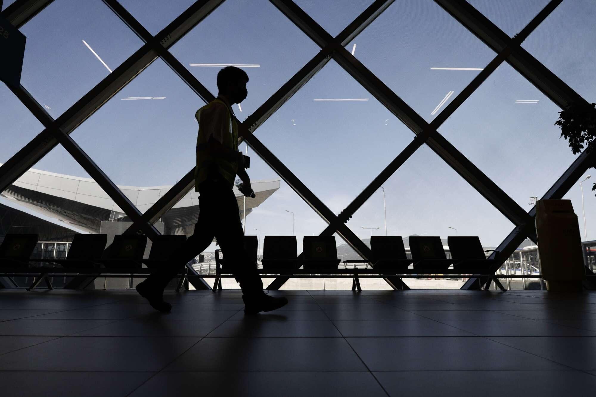 Φουτουριστικό σχέδιο με άπλετο φυσικό φως. Στις εγκαταστάσεις του αεροδρομίου Μακεδονία συμπεριλαμβάνονται όλες οι σύγχρονες παροχές που συναντά κανείς σε διεθνή αεροδρόμια