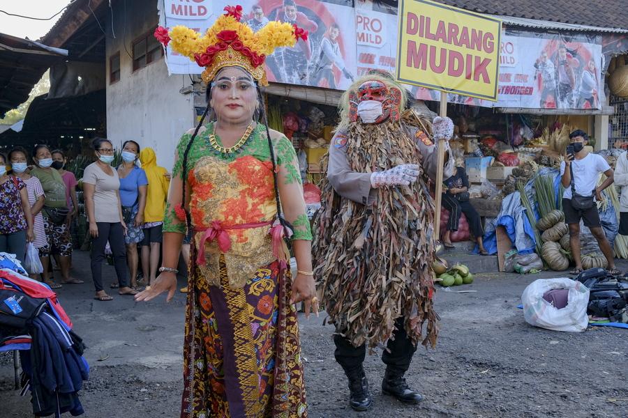 Στο Μπαλί της Ινδονησίας το φολκλόρ επιστρατεύτηκε για την ενημέρωση των ντόπιων όσον αφορά τον κορονοϊό – το τερατόμορφο προσωπείο κρύβει πρόσωπο αστυνομικού