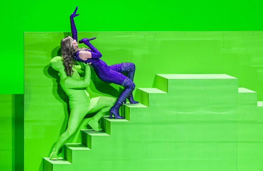 Στιγμιότυπο από την πρόβα του σόου που θα δώσει η Στεφανία στη Eurovision για λογαριασμό της Ελλάδας – το κορίτσι θα πει και ένα τραγούδι, που λέγεται «Last Dance»