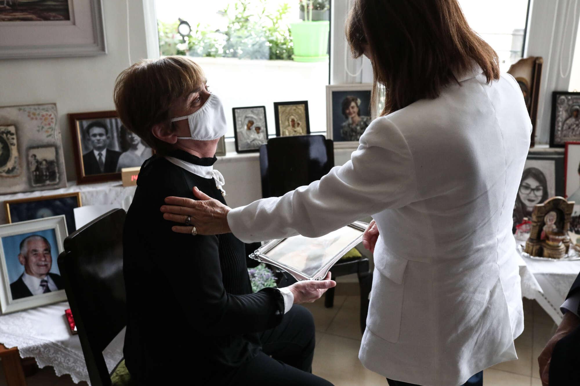 Τους γονείς της Ελένης Τοπαλούδη επισκέφτηκε η Κατερίνα Σακελλαροπούλου |  Protagon.gr