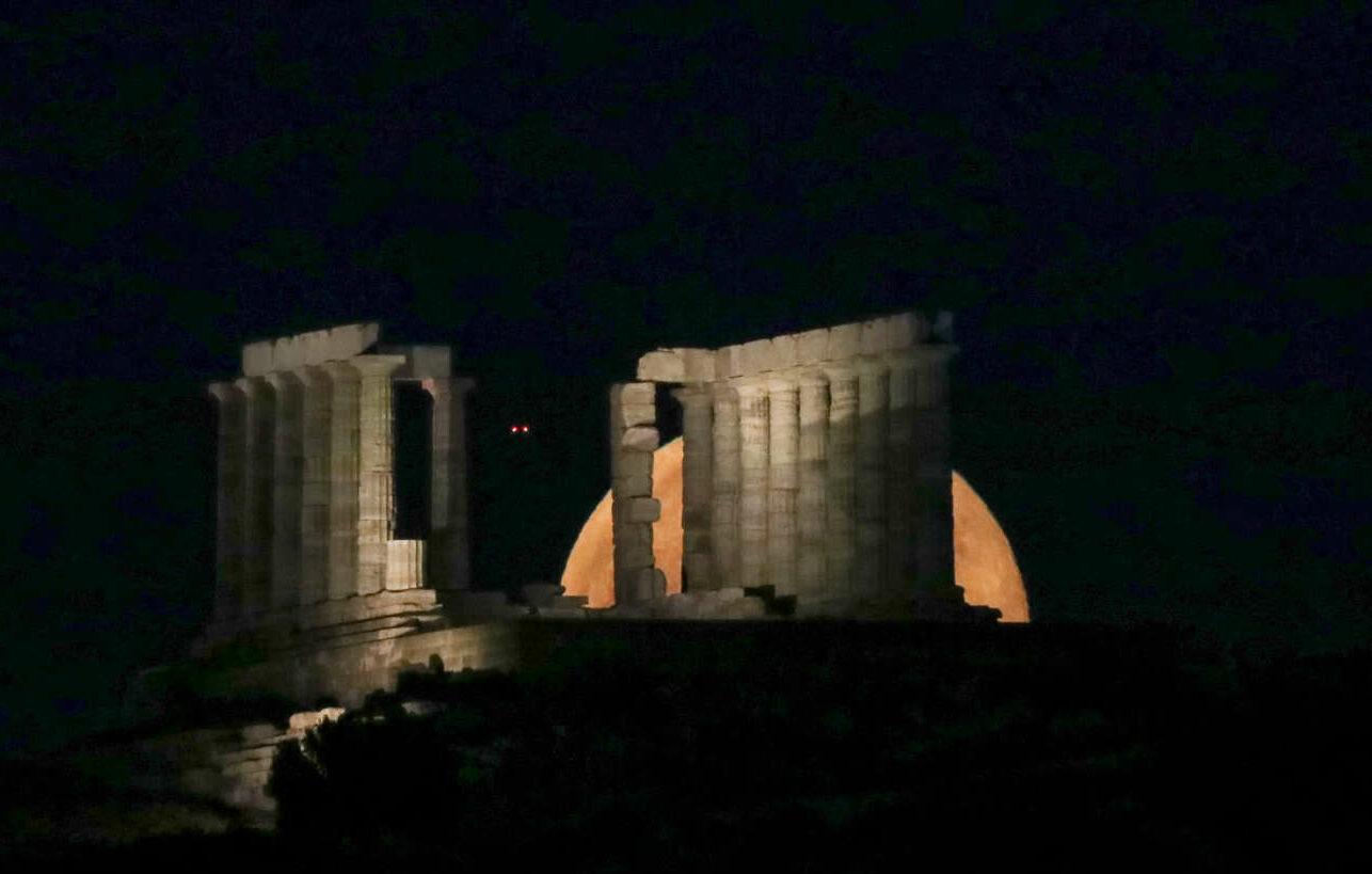 Η ανατολή της υπερπανσελήνου πίσω από τον Ναό του Ποσειδώνα στο Σούνιο σε πέντε φάσεις: Φάση 1η