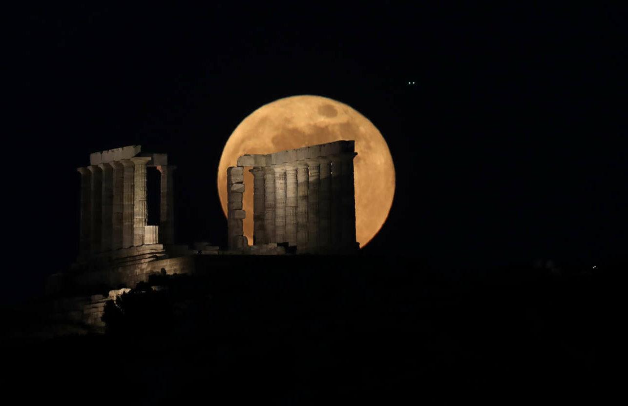 Η ανατολή της υπερπανσελήνου πίσω από τον Ναό του Ποσειδώνα στο Σούνιο σε πέντε φάσεις: Φάση 2η