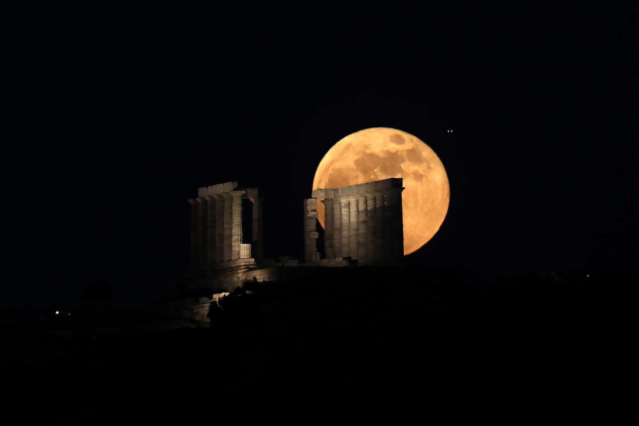 Η ανατολή της υπερπανσελήνου πίσω από τον Ναό του Ποσειδώνα στο Σούνιο σε πέντε φάσεις: Φάση 3η