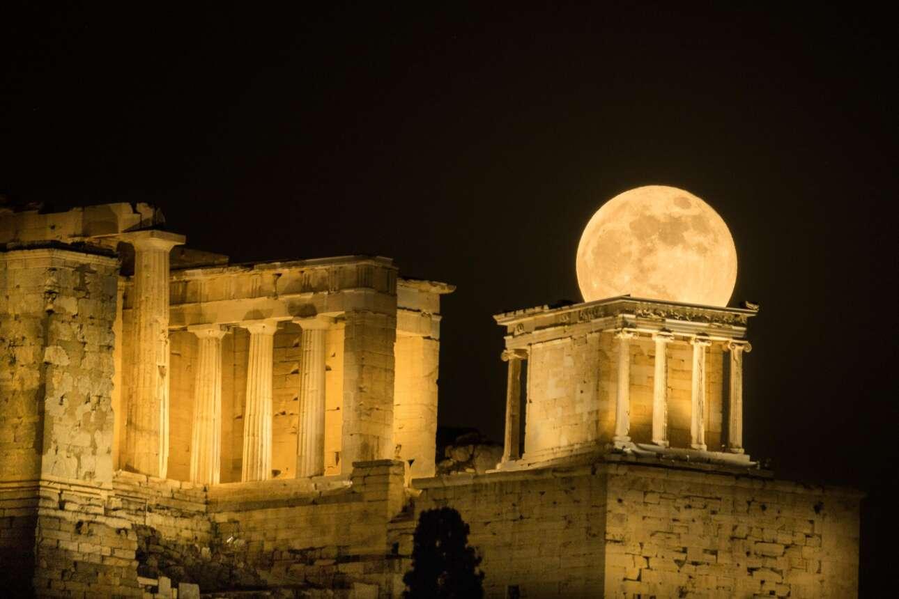 Η ανατολή της υπερπανσελήνου πίσω από την Ακρόπολη σε πέντε φάσεις: Φάση 3η