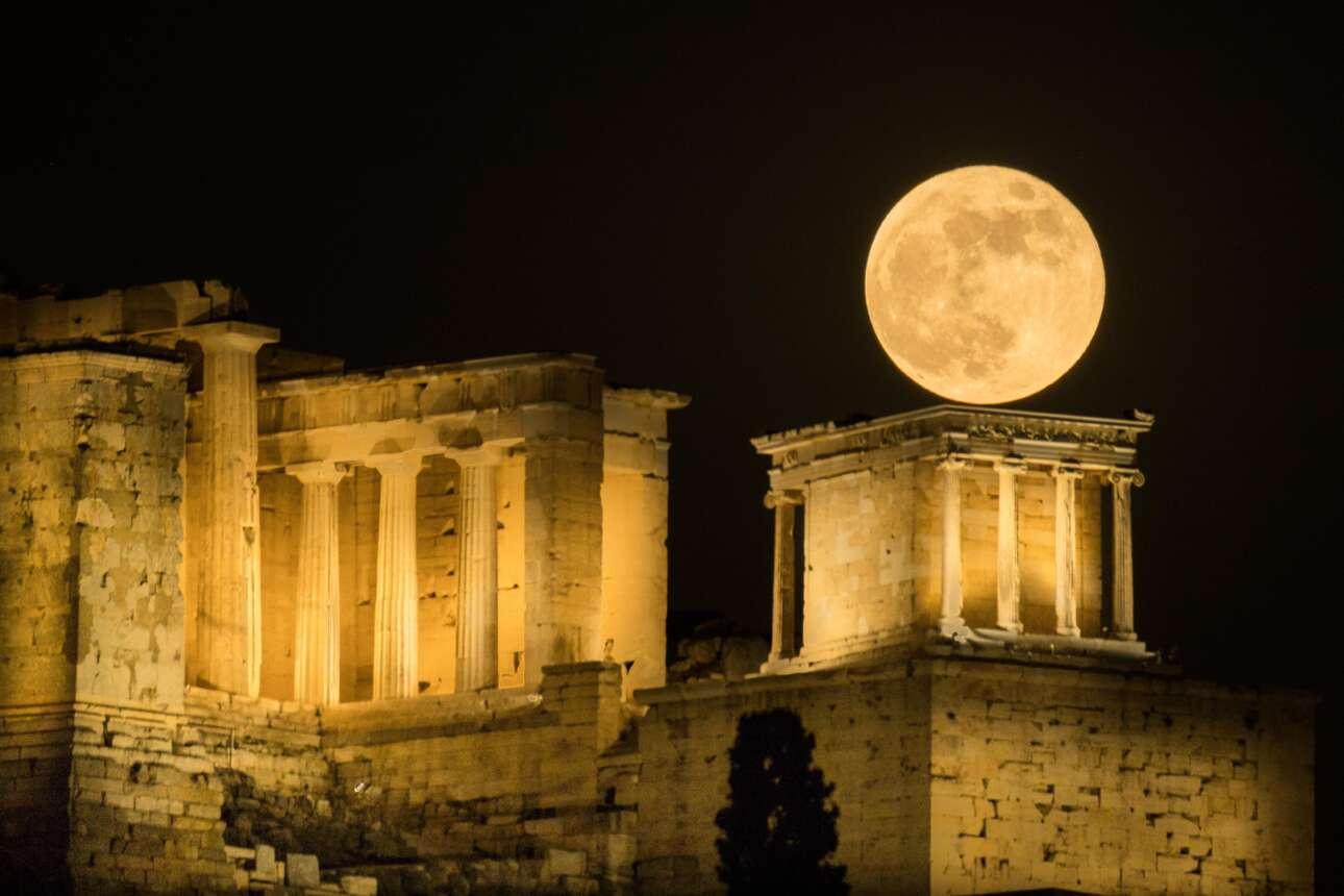 Η ανατολή της υπερπανσελήνου πίσω από την Ακρόπολη σε πέντε φάσεις: Φάση 4η