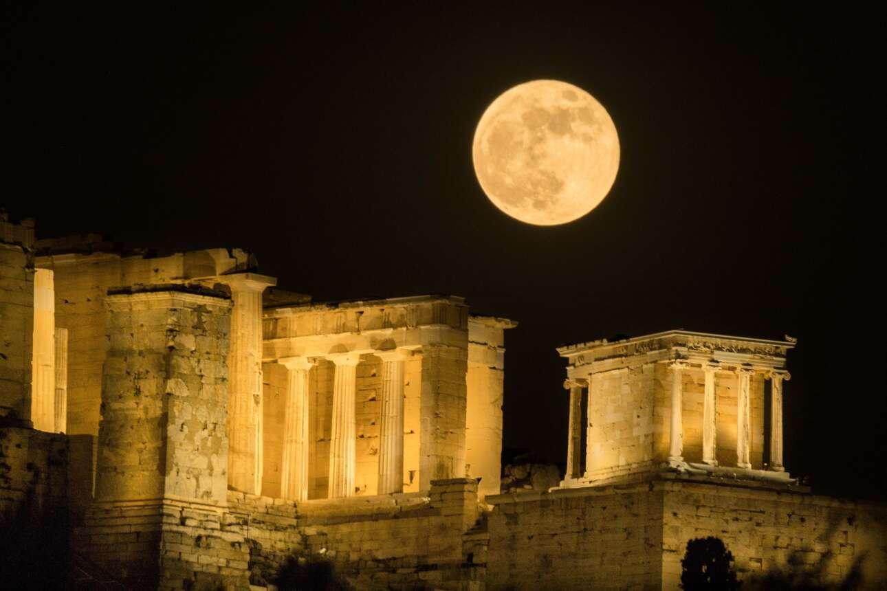 Η ανατολή της υπερπανσελήνου πίσω από την Ακρόπολη σε πέντε φάσεις: Φάση 5η