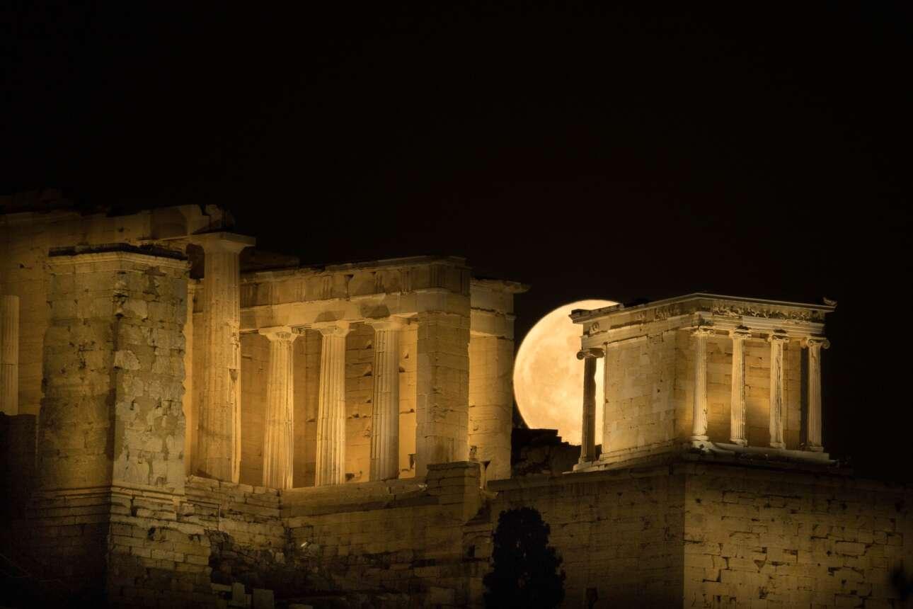 Η ανατολή της υπερπανσελήνου πίσω από την Ακρόπολη σε πέντε φάσεις: Φάση 1η