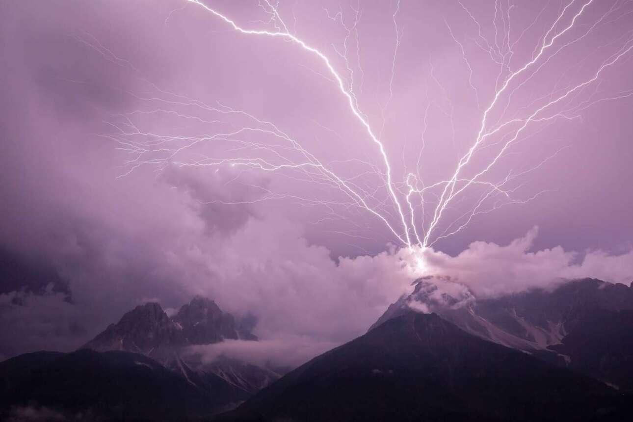 Πρώτη θέση στην κατηγορία Τοπίο: oυρανός και σύννεφα βάφονται μοβ καθώς αστραπές ξεσπούν πάνω από τους ιταλικούς Δολομίτες