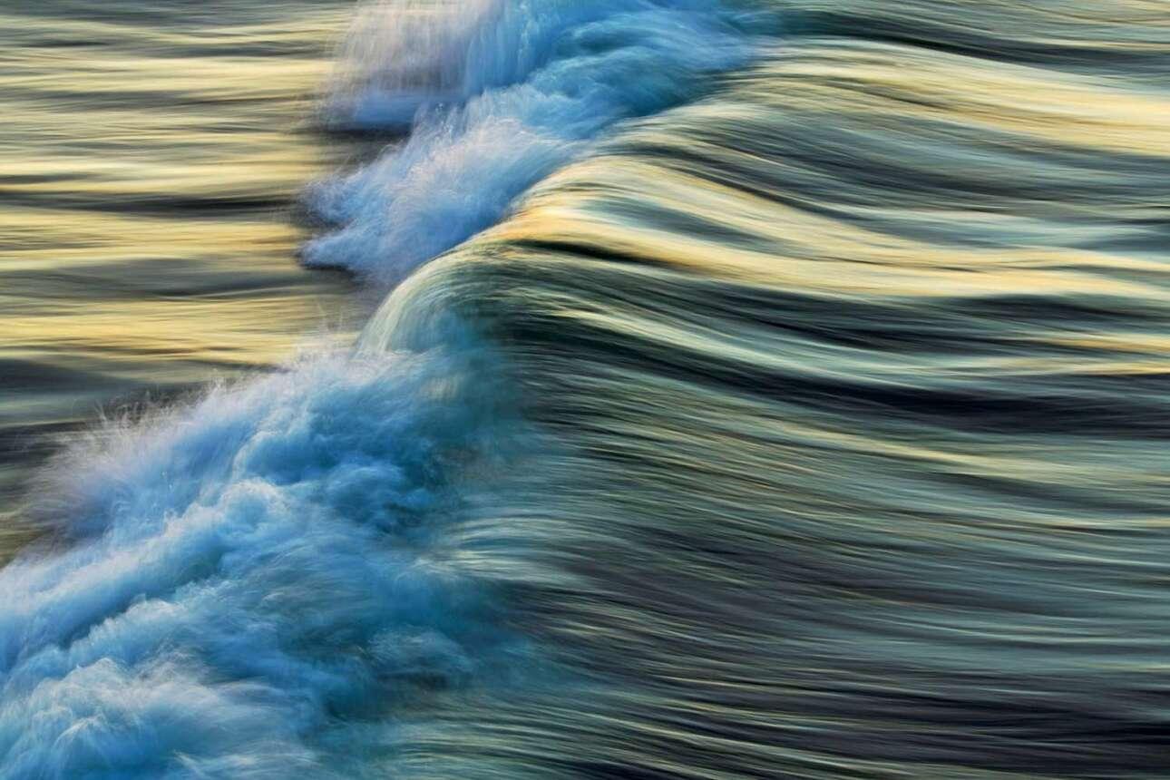 Η πανέμορφη, ψηφιακά επεξεργασμένη εικόνα ενός κύματος λουσμένο στο φως του δειλινού με τίτλο «Χρυσό Κύμα» κέρδισε την πρώτη θέση στην κατηγορία Φύση Στούντιο