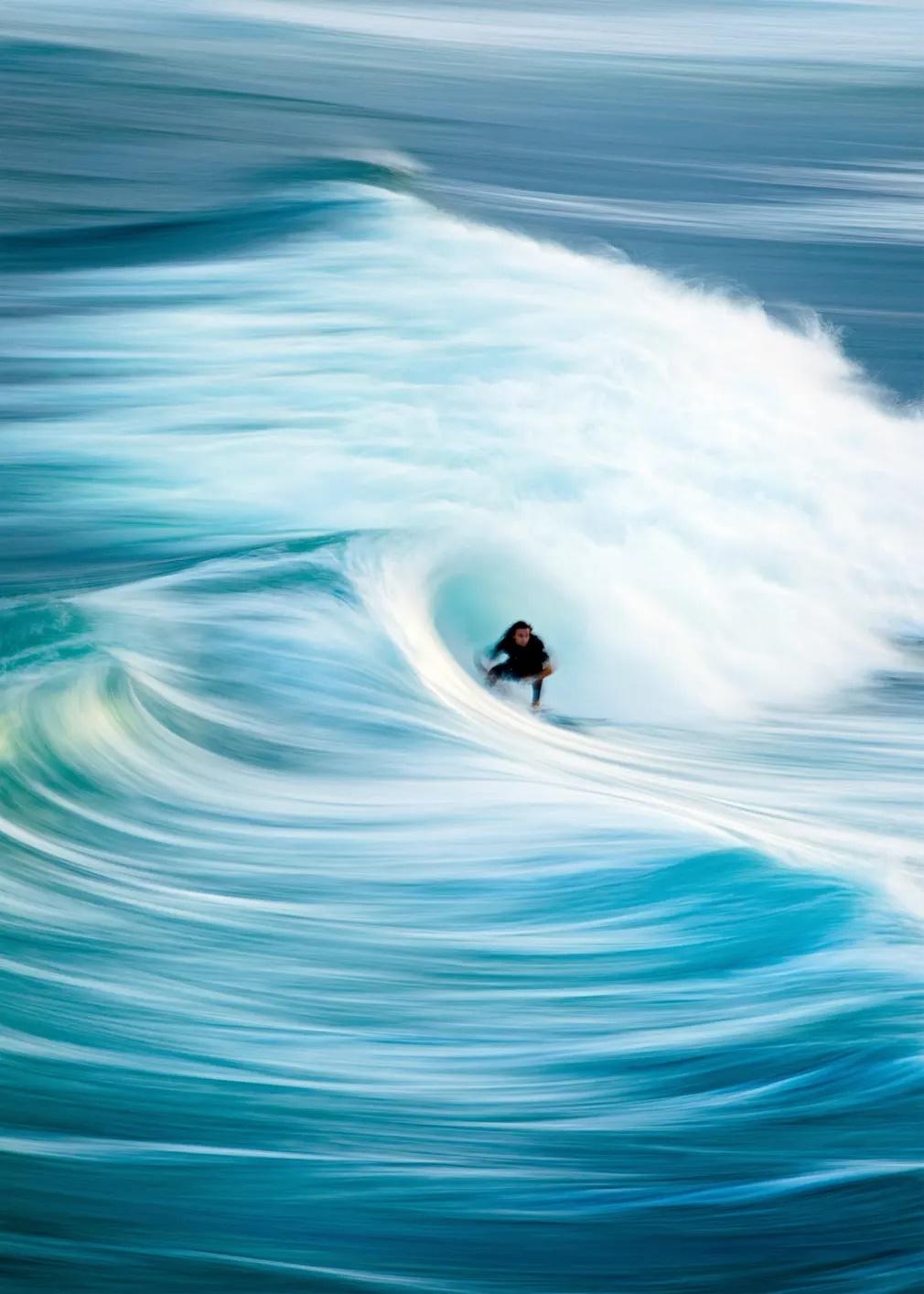 «O Μεταξένιος Σέρφερ». Στο City Beach της Νέας Νότιας Ουαλίας η φωτογραφία αποτυπώνει το νερό και τα κύματα σαν να είναι πραγματικά μεταξένια όπως είναι και ο τίτλος της φωτογραφίας