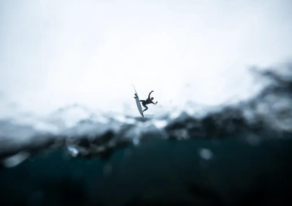 «Η αίσθηση της βύθισης». Ο φωτογραφικός φακός βρίσκεται στα όρια της επιφάνειας του νερού και καταγράφει τη φιγούρα ενός σέρφερ