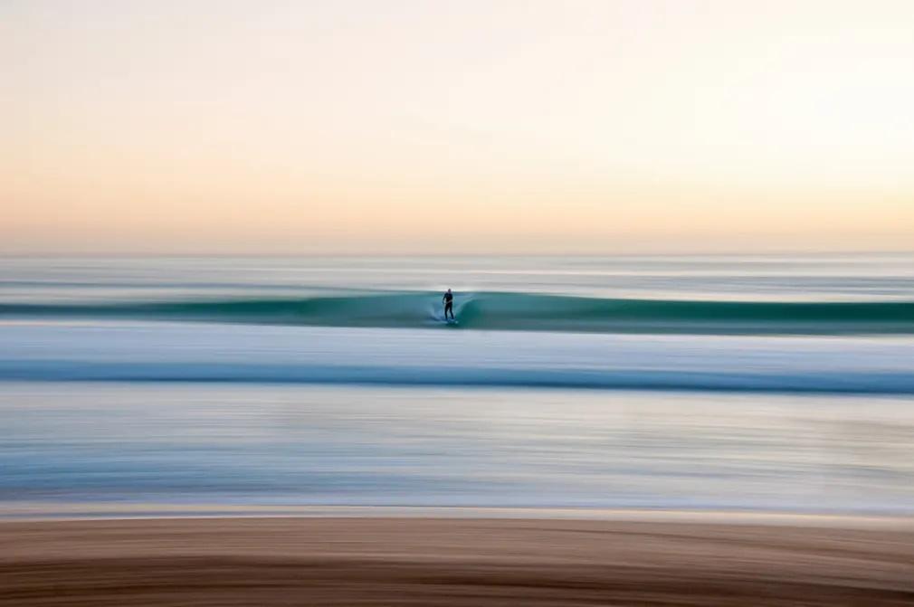 «Ηλιοβασίλεμα Σουπερνόβα». Ενας σέρφερ αναζητά κύμα στην ανατολή του Ηλίου στην παραλία Manly της Νέας Νότιας Ουαλίας