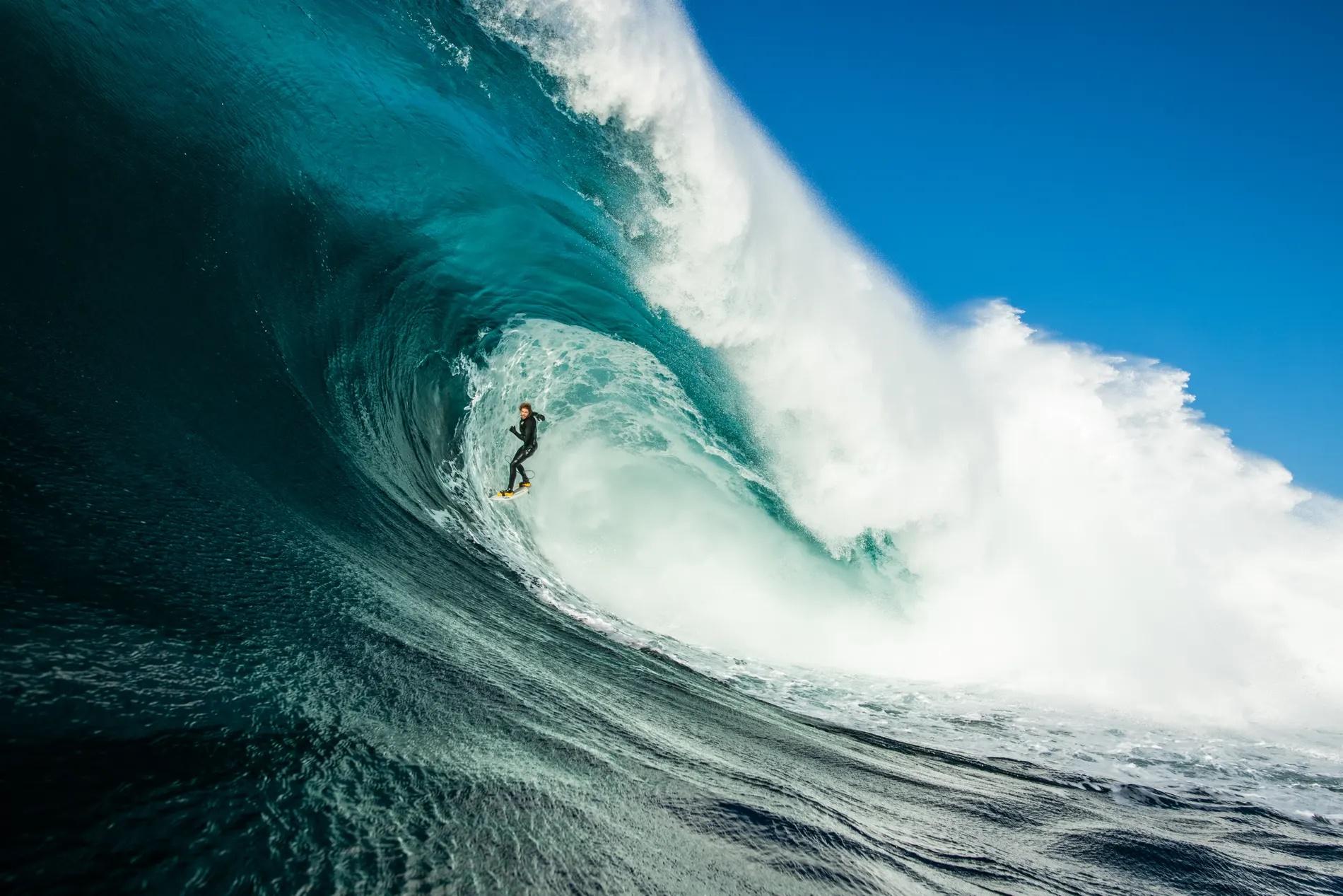«Ελεύθερη Πτώση». Αυτή η εκπληκτική φωτογραφία του σέρφερ Τάιλερ Χόλμερ Κρος κυριολεκτικά να πετάει κάτω από ένα τεράστιο κύμα σε μια παραλία της Τασμανίας κέρδισε το πρώτο βραβείο του διαγωνισμού