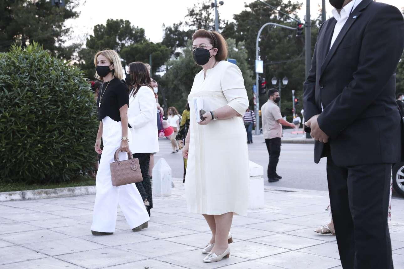 Η υπουργός Πολιτισμού Λίνα Μενδώνη κατά την άφιξή της στο Καλλιμάρμαρο