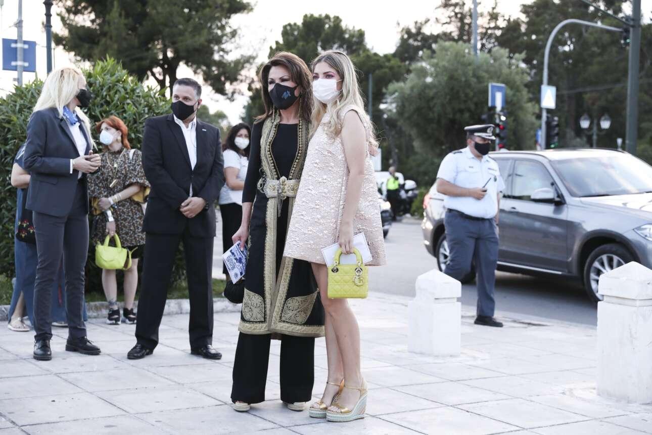 Η Γιάννα Αγγελοπούλου, πρόεδρος της Επιτροπής Ελλάδα 2021, ποζάρει με τη συνοδό της