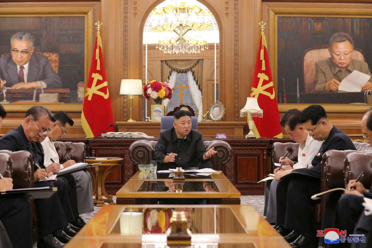 Ο Κιμ της Βόρειας Κορέας επανεμφανίστηκε με αφορμή κομματική σύσκεψη, ελαφρώς αδυνατισμένος όπως λένε οι ανταποκρίσεις