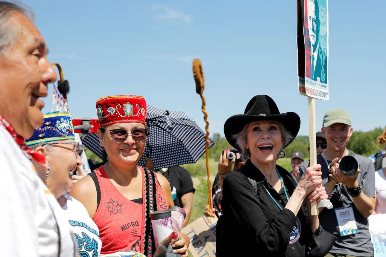 Η Τζέιν Φόντα κρατώντας πινακίδα με πόστερ που εικονίζει τον πρόεδρο Μπάιντεν συμμετέχει σε κινητοποίηση οικολογικού περιεχομένου στη Μινεσότα