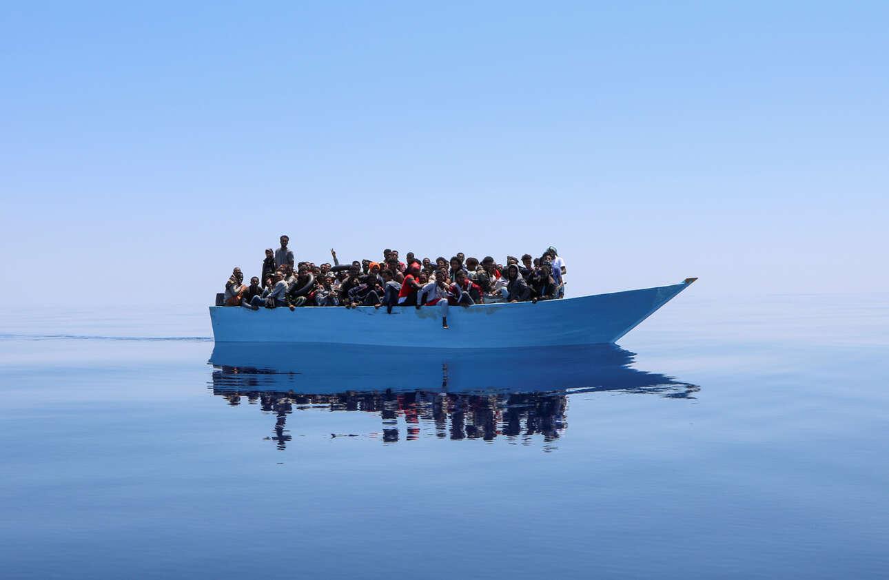 Καρέ από επιχείρηση διάσωσης υποψήφιων μεταναστών, οργανωμένη από τους Γιατρούς Χωρίς Σύνορα. Η θάλασσα είναι λάδι. Ο τόπος είναι η Μεσόγειος
