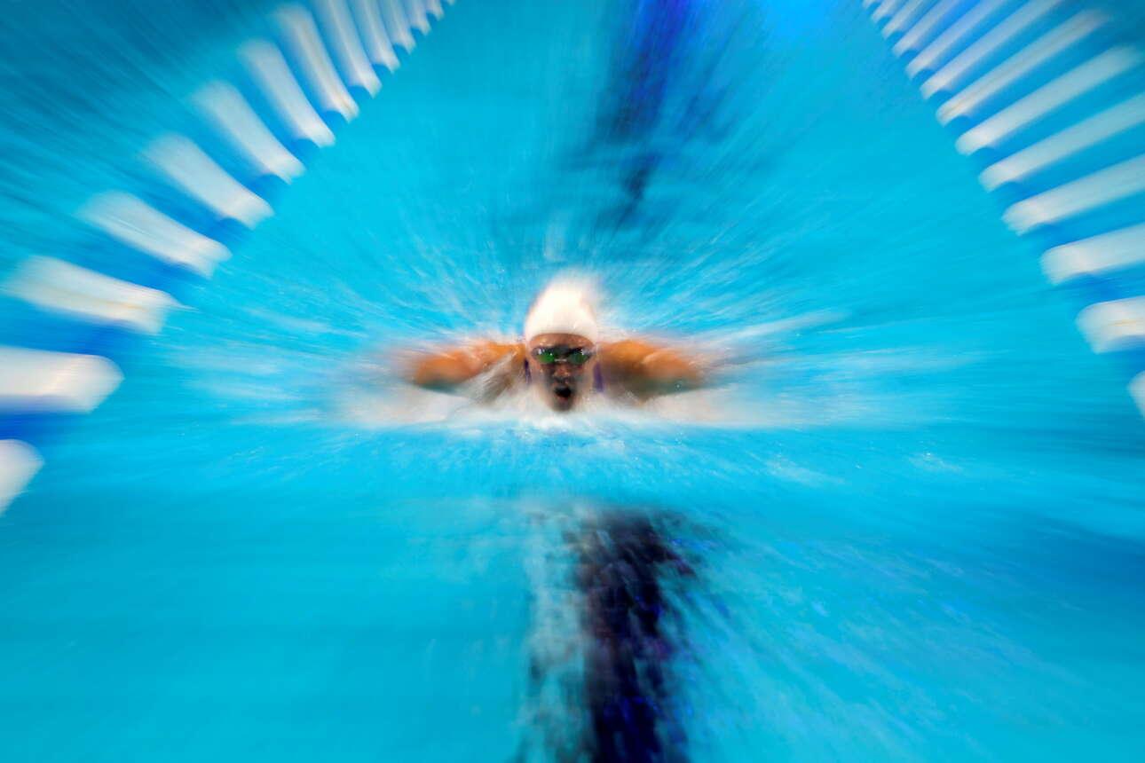 Η κολυμβήτρια Αλις Πιτσιρίλο επιδίδεται στην «πεταλούδα» στην Ομαχα - καρέ από το προολυμπιακό τουρνουά της ομάδας των ΗΠΑ