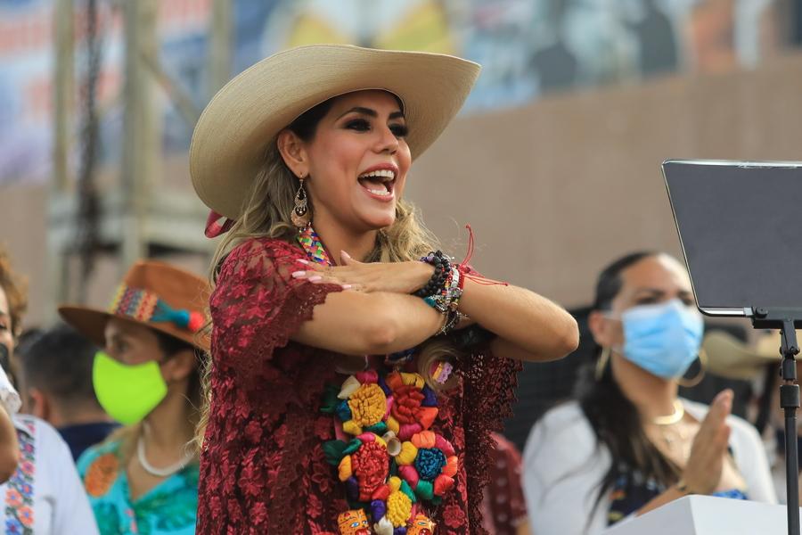 Να η μεξικανή πολιτικός Εβελιν Σαλγκάδο Πινέδα, η οποία θριάμβευσε σε τοπικές εκλογές. Ως υποψηφία αντικατέστησε τον πατέρα της όταν κατηγορήθηκε για βιασμό