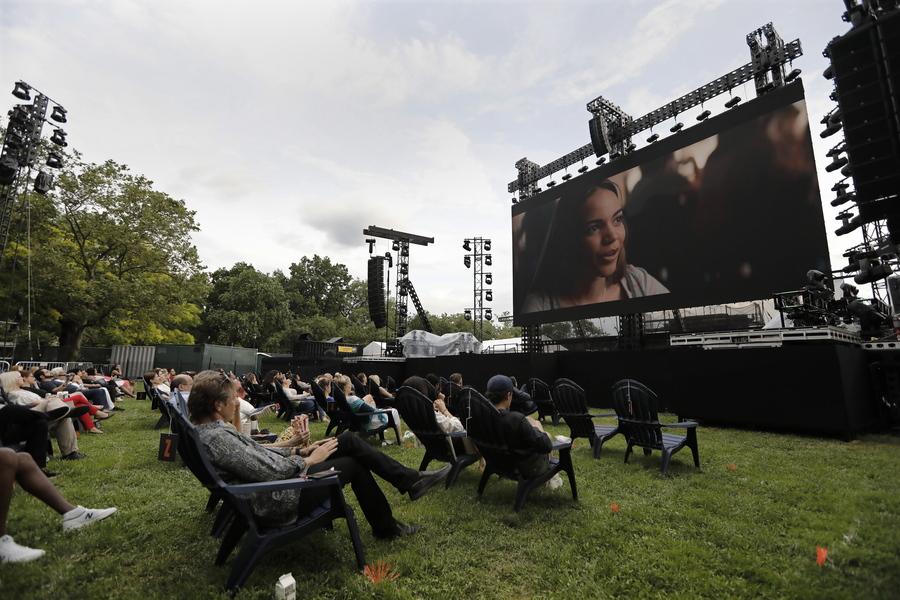Θερινός κινηματογράφος α λα Νέα Υόρκη: καρέ από προβολή στο πλαίσιο του Φεστιβάλ Κινηματογράφου της Tribeca