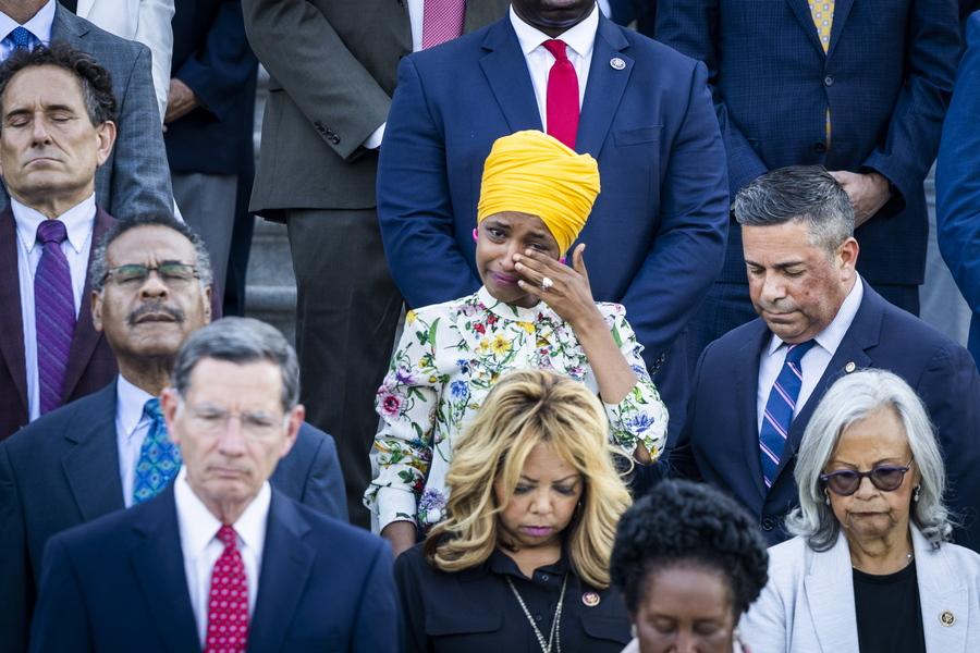 Η Δημοκρατική βουλευτής της Πολιτείας Μινεσότα, η  Ιλχάν Ομάν, σομαλικής καταγωγής, δακρύζει κατά τη διάρκεια τελετής αφιερωμένης στους 600.000 Αμερικανούς που πέθαναν από τη νόσο COVID-19. Στην Ουάσινγκτον, έξω από Καπιτώλιο