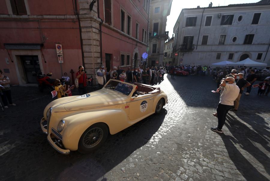 Μία Alfa Romeo 6C 2500 S TURINGA, ένα όχημα του 1942, απαθανατίζεται στο Λάτιο, στην Ιταλία, κατά τη διάρκεια αγώνων παλαιών αυτοκινήτων