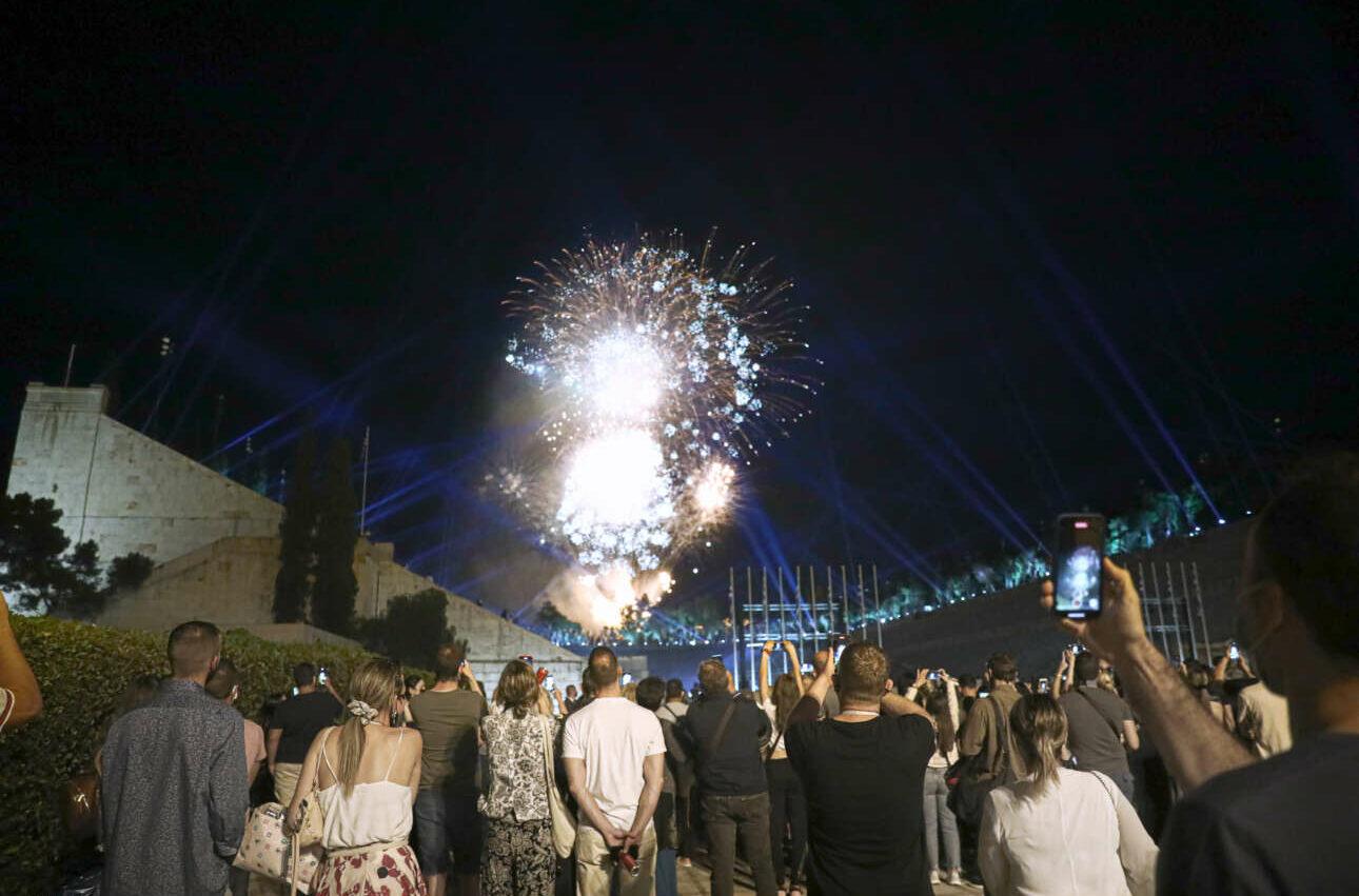 Πολλοί περαστικοί έσπευσαν να θαυμάσουν το θέαμα με τα πυροτεχνήματα