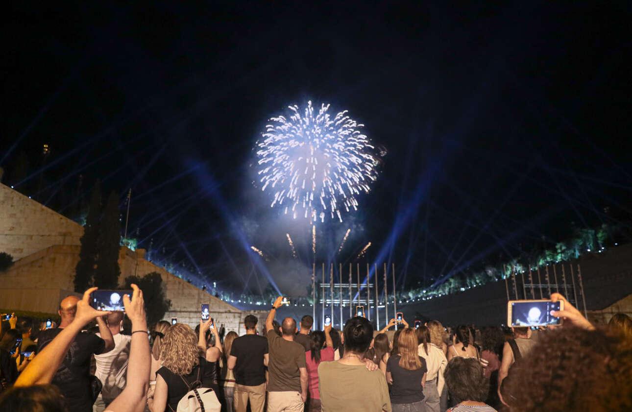 Πλήθος κόσμου και στον περίβολο του Παναθηναϊκού Σταδίου όπου έγινε η ειδική παρουσίαση της κολεξιόν του οίκου μόδας Dior. Οι Αθηναίοι απαθανατίζουν με τα κινητά τηλέφωνά τους τα πυροτεχνήματα