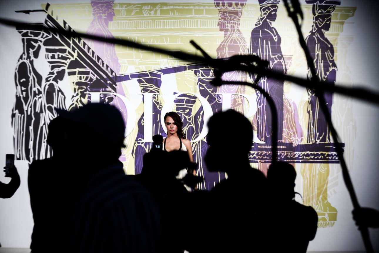 Τα μοντέλα ποζάρουν μετά το ντεφιλέ, με φόντο μια εικαστική δημιουργία με τις Καρυάτιδες της Ακρόπολης