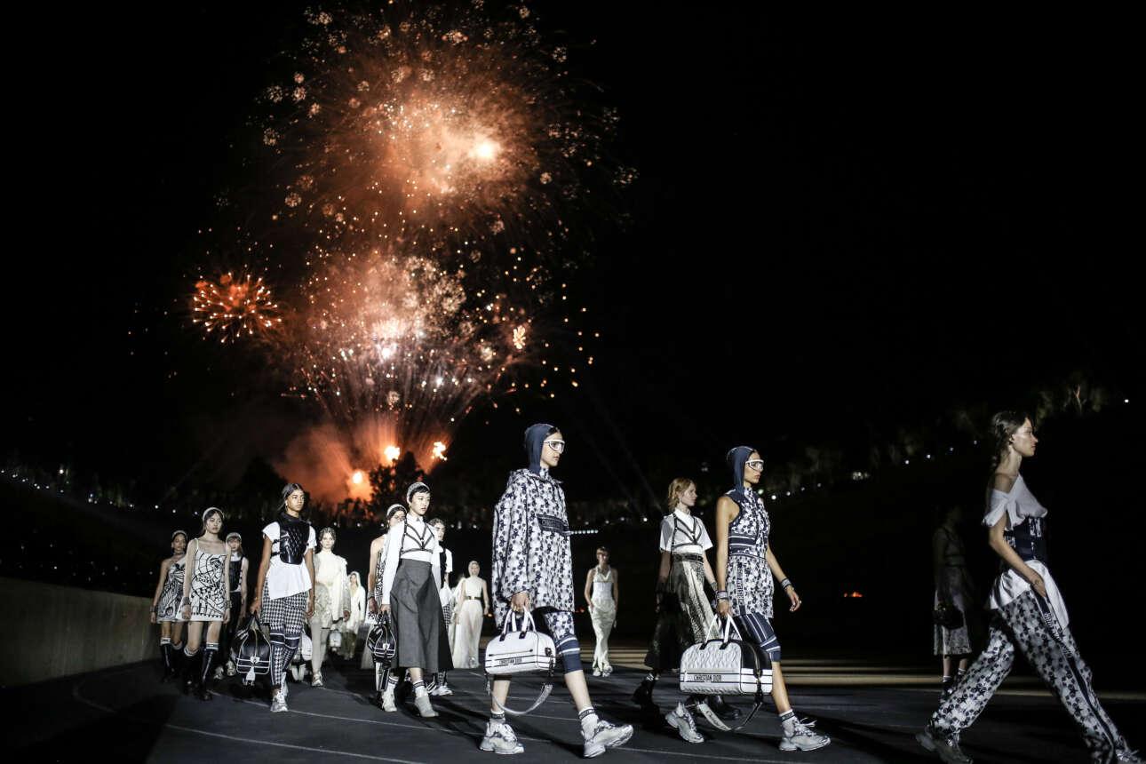 Πυροτεχνήματα στον αττικό ουρανό, μοντέλα της κολεξιόν Dior Cruise 2022 στο ταρτάν του Παναθηναϊκού Σταδίου
