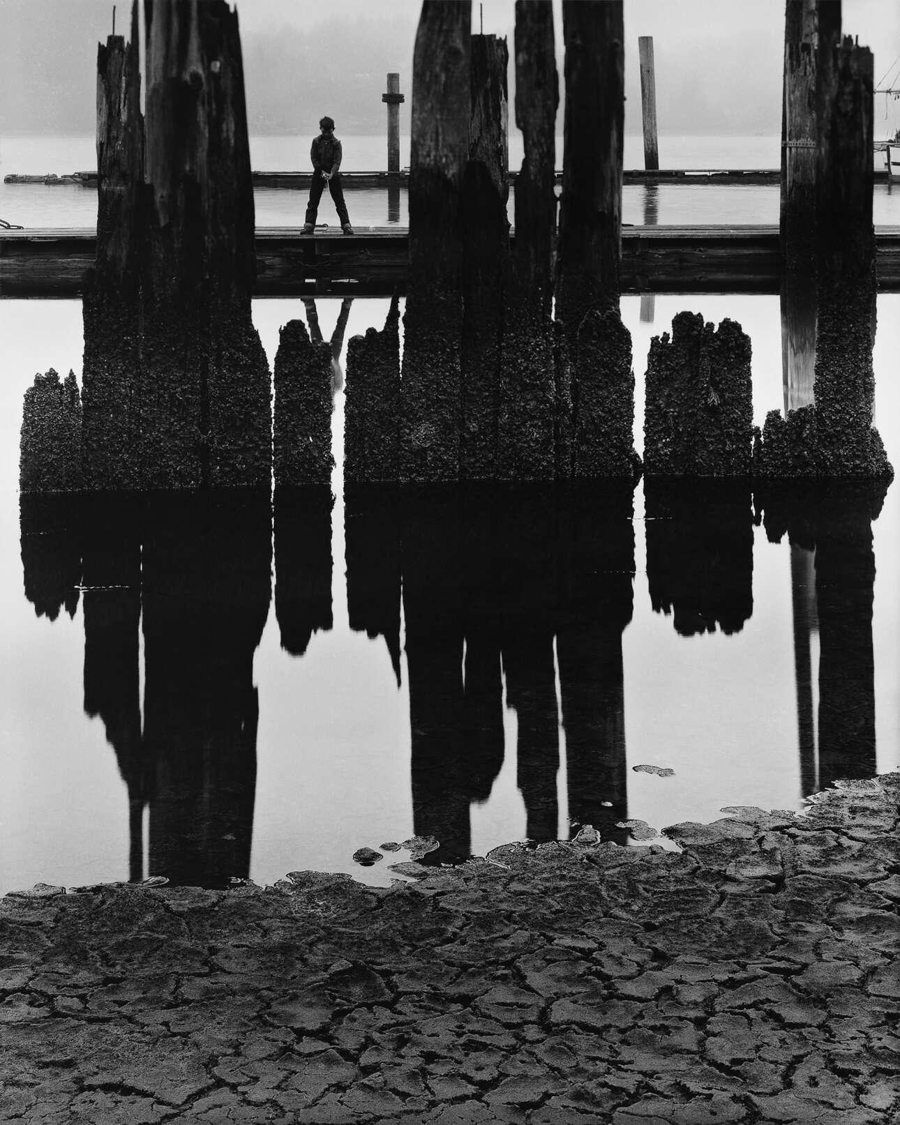 «Αγόρι που ψαρεύει», 1959. Ο Μπούλοκ άρχισε να εισάγει την ανθρώπινη φιγούρα στη φωτογραφία τοπίου τη δεκαετία του 1950. Αυτό αποδείχθηκε καθοριστικό στην ανάπτυξη της ξεχωριστής φωνής του ως καλλιτέχνη