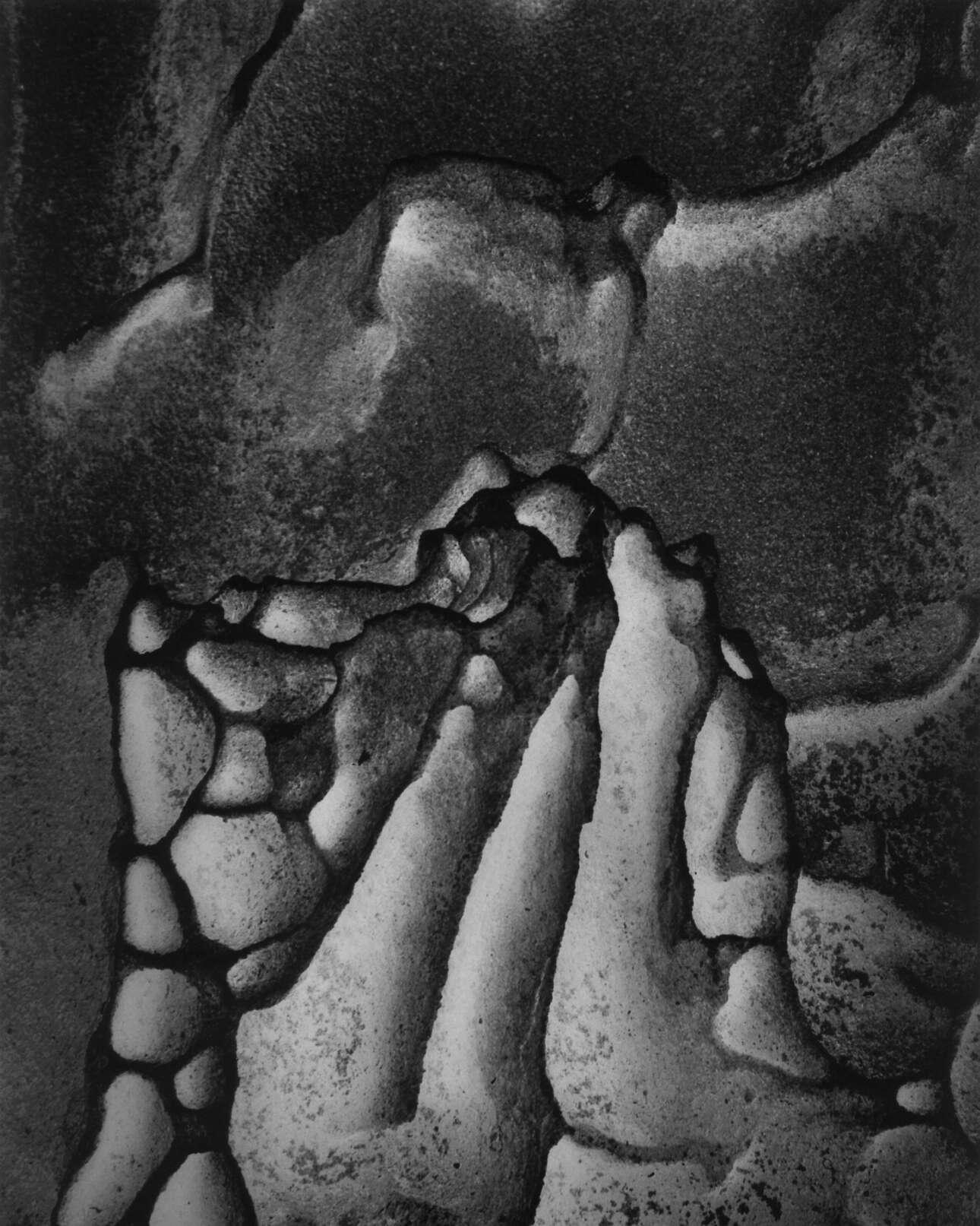 «Βράχος», 1971. Οι εικόνες του Μπούλοκ συνδέονται με έναν συγκεκριμένο τόπο και χρόνο, ενώ παράλληλα μιλούν με καθολικούς όρους